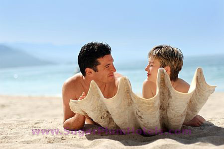couple-on-beach-with-shell